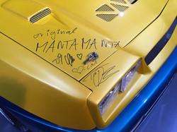 1024px-Autogramme_auf_Manta