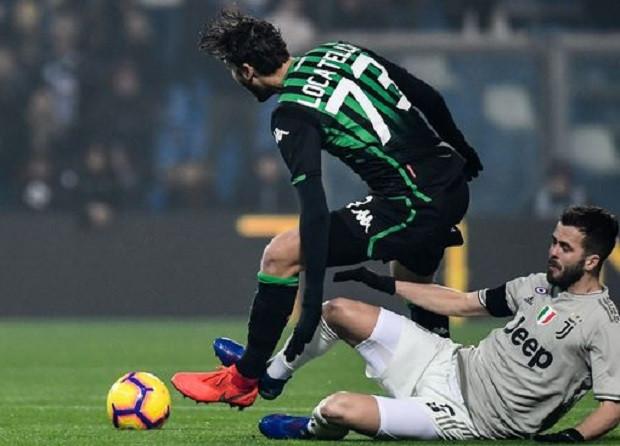 Djuricic (áo đen) bị từ chối hai bàn thắng trong trận đấu với Napoli  JP88