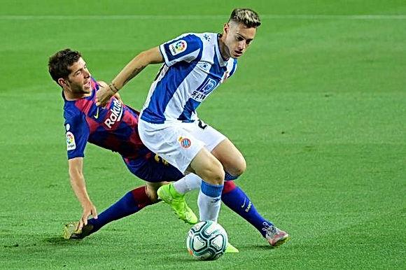 Barcelona – Espanyol: Sững sờ 2 thẻ đỏ, người hùng lên tiếng