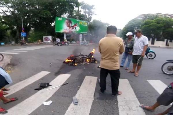 Trước sự truy đuổi quyết liệt của cảnh sát, hai tên cướp tự ngã, chiếc xe bốc cháy ngay sau đó. |JP88
