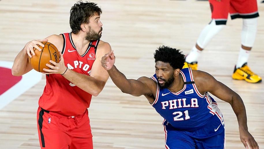 Embiid có 2 lần va chạm ở vùng cổ tay trong trận gặp Raptors