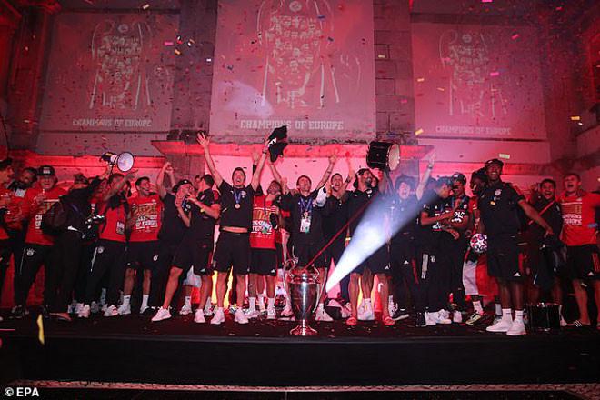 Bayern Munich ăn mừng ngay trong đêm
