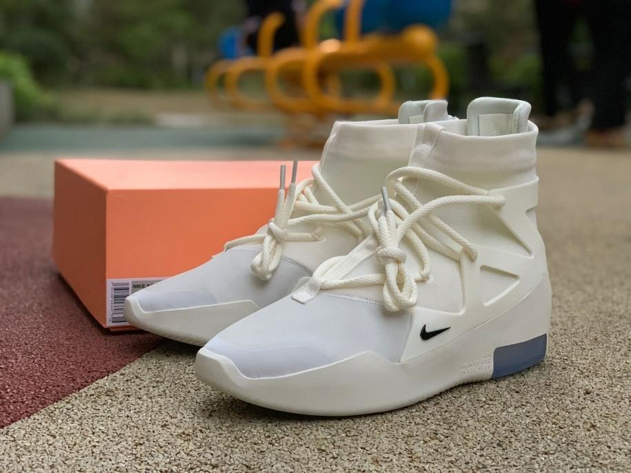 Cận cảnh đôi giày của Sơn Tùng M-TP |Vua-the-thao