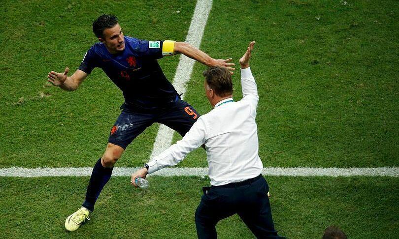 Pha mừng bàn thắng kinh điển của Van Persie và Van Gaal ở World Cup 2014. |JP88