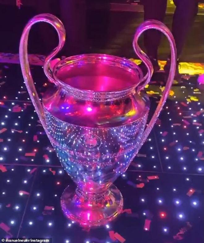 Chiếc cúp vô địch Champions League trở nên vô cùng lộng lẫy với ánh đèn trong đêm