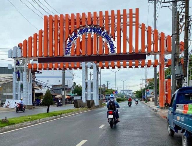 TP Long Xuyên xây cổng chào gần 7 tỷ đồng. Ảnh: Tiền Phong  JP88