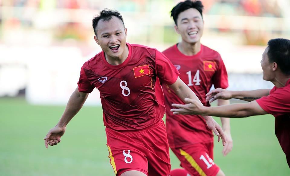 Trọng Hoàng (áo đỏ) là một trong những hậu vệ cánh suất sắc trong tay HLV Park Hang-seo