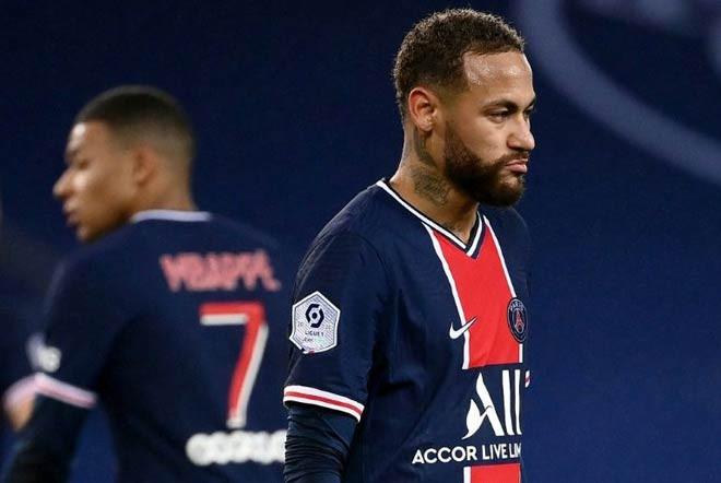 Neymar đang đối diện nhiều khó khăn bên lề sân cỏ