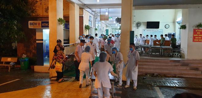 Các bác sĩ Bệnh viện Đa khoa tỉnh Vĩnh Phúc đang cấp cứu các nạn nhân. |JP88
