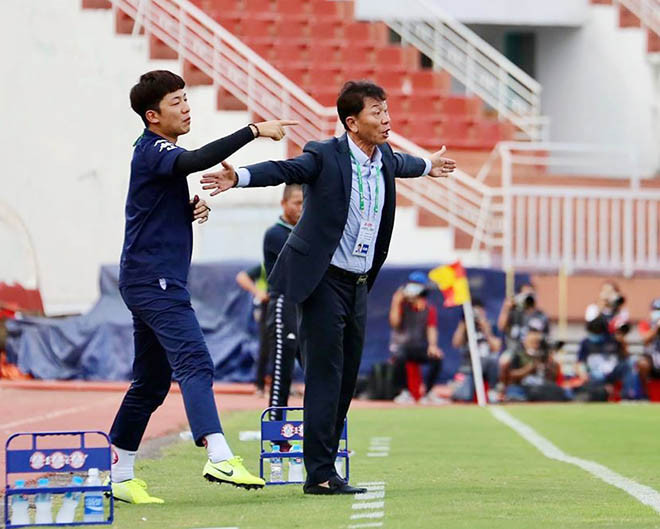 HLV Chung Hae Soung và trợ lý ngôn ngữ Yang Jae Mo của CLB TP.HCM |JP88