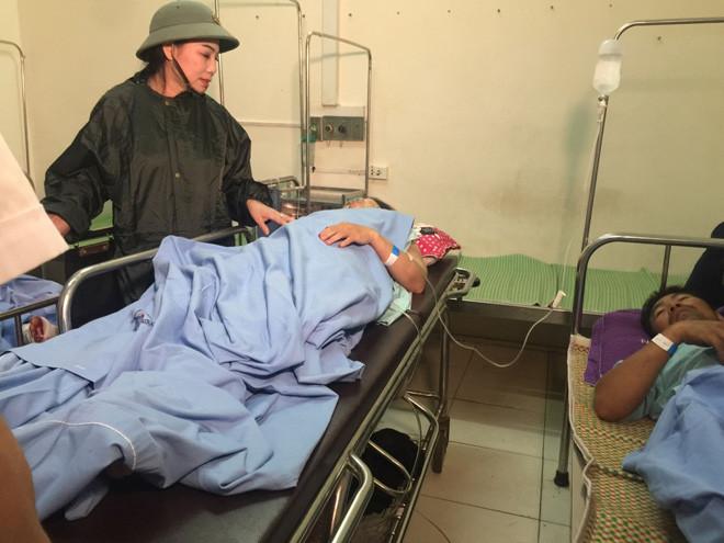 Bí thư Tỉnh ủy Hoàng Thị Thúy Lan thăm hỏi động viên các nạn nhân trong vụ lốc xoáy. |JP88