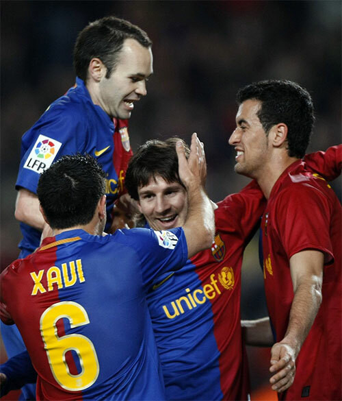 Iniesta (trái) - nhóm tài năng đi lên từ lò La Masia. |JP88