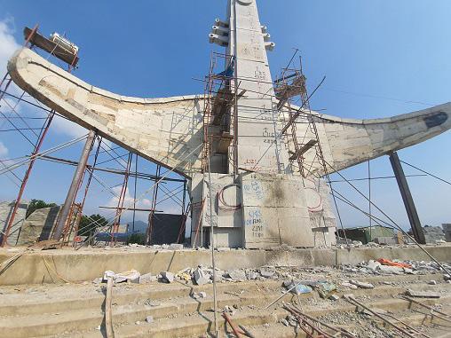 Tượng đài 14 tỷ ở huyện nghèo Quảng Nam. Ảnh: Trương Hồng.  JP88