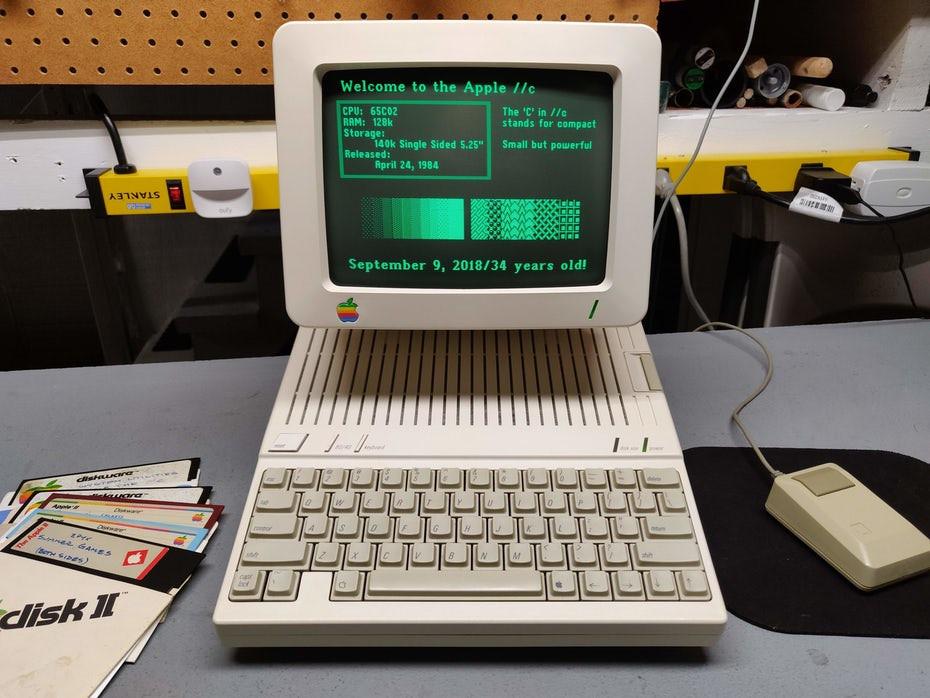 Chiếc máy tính với dòng chữ màu xanh lá cây trên nền đen là chế độ tối OG