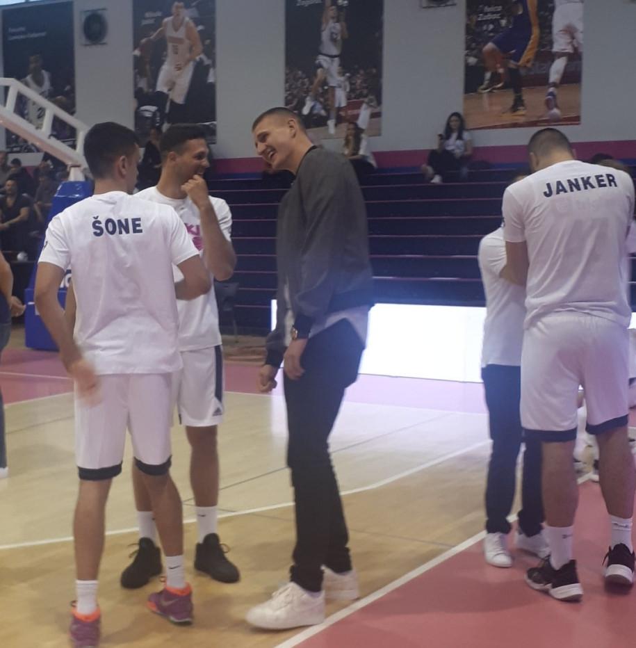 Jokic (áo tối màu) đứng rất gần Jankovic (ngoài cùng bên phải) |JP88