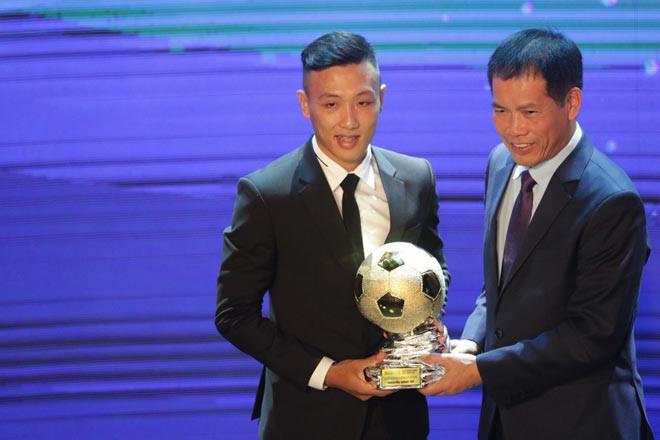 """Nguyễn Minh Trí lần đầu tiên trong sự nghiệp được trao danh hiệu """"Quả bóng Vàng Futsal Việt Nam"""""""
