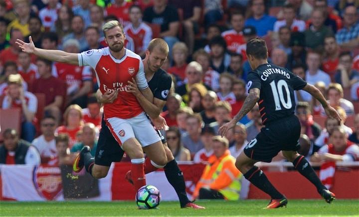 Arsenal (áo đỏ trắng) đang gặp khó khăn |JP88