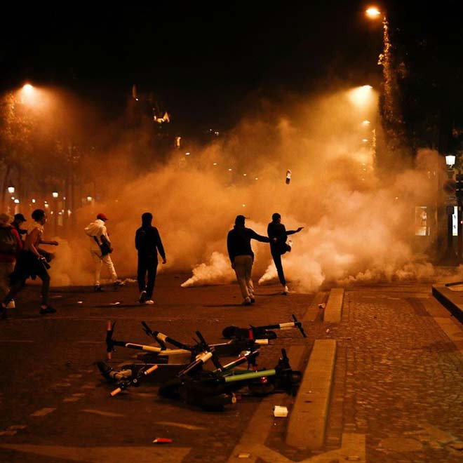 Fan cuồng PSG trút giận khi tràn ra đường làm loạn ở Paris đêm qua
