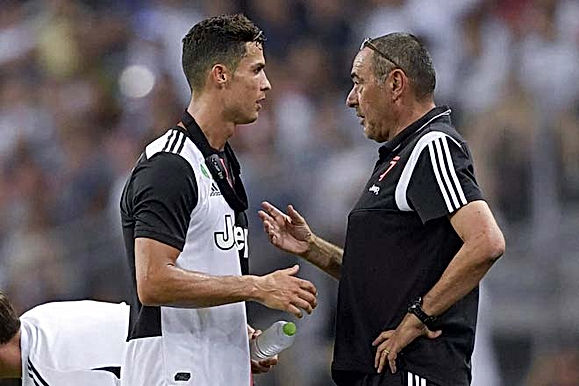 """Chỉ trích Ronaldo trên mặt báo, HLV Sarri bị """"ông trùm"""" Juventus sờ gáy"""