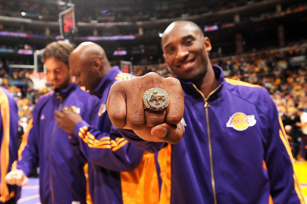 Kobe Bryant cùng một trong năm chiếc nhẫn vô địch |JP88