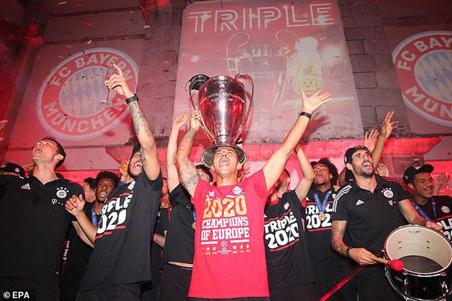 Thiago hài hước ca hát cùng chiếc cúp vô địch Champions League