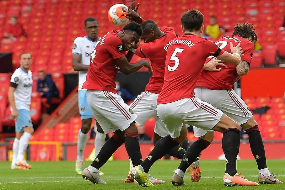 Tình huống Pogba dùng tay chơi bóng khiến MU chịu quả 11m |JP88