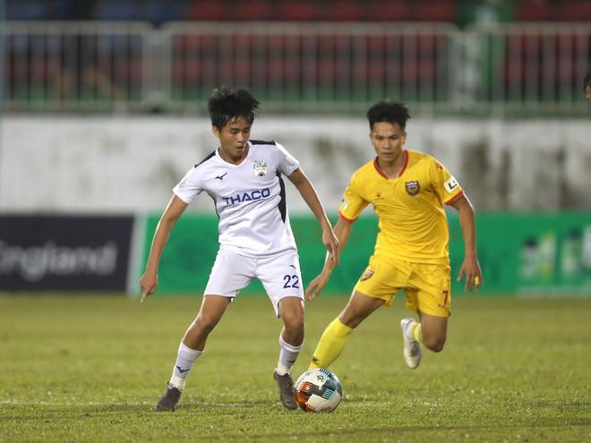 Phan Thanh Hậu không thể tự rời sân sau khi bị đau.