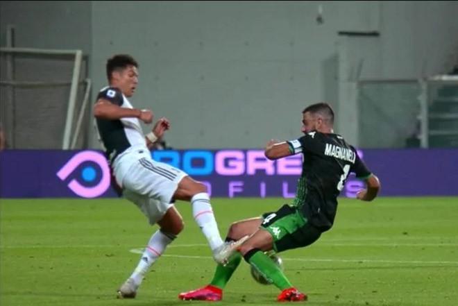 Ronaldo có pha vào bóng nguy hiểm với Magnanelli |JP88