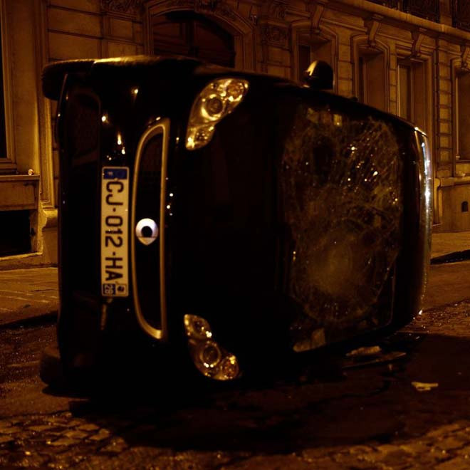 Nhiều chiếc xe hơi bị hư hỏng, nhiều nhà hàng bị các hooligan đập phá