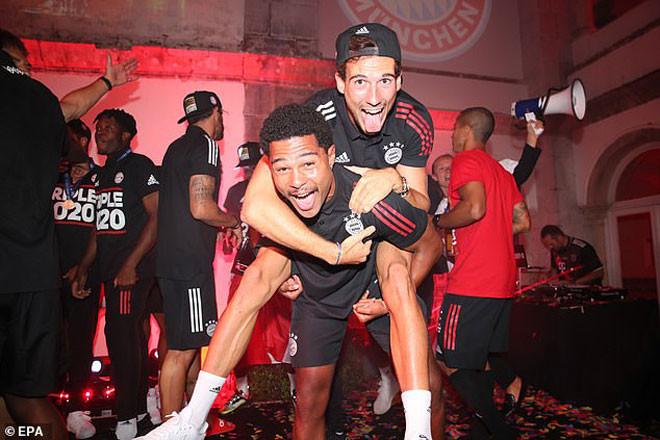 Tiền vệ trẻ Serge Gnabry cực sung trong tiệc ăn mừng