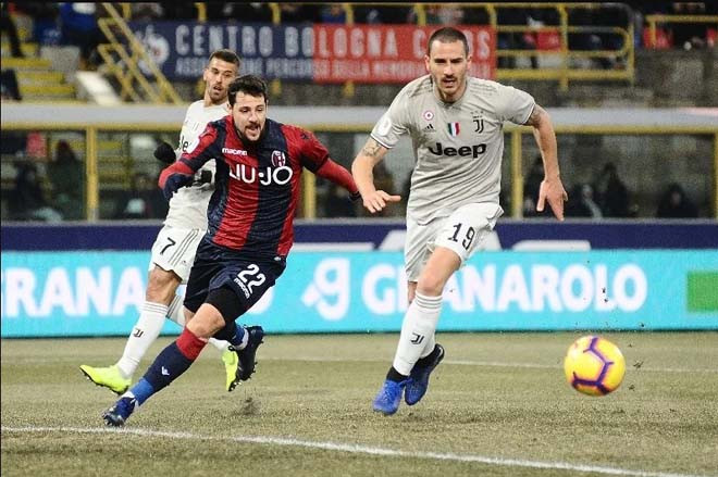 Hàng thủ Juventus (áo xám) thường chơi tốt trên sân Bologna  JP88