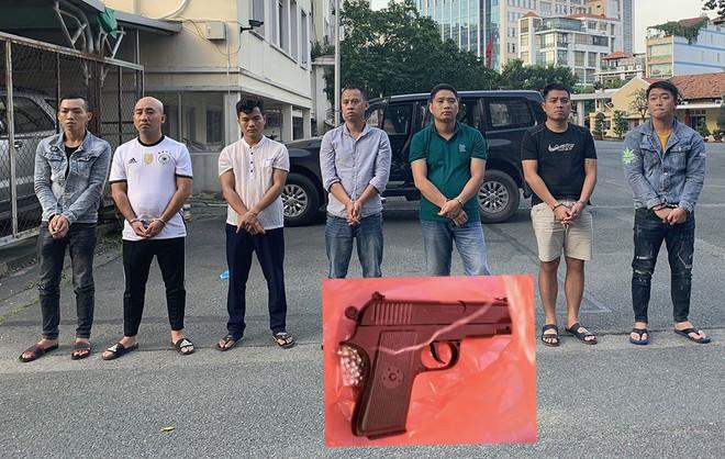 7 nghi can bị bắt và súng dùng để đe dọa gia đình doanh nhân A. |JP88