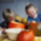 Kinder schöpfen Kürbisse heraus