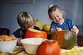 Kinderen Scooping Out Pumpkins