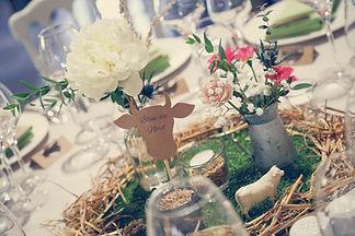 Centre de table mariage agricole champêtre, paille, grain, herbe, vache, seau en zinc, vase et décoration florale par Your Big Day