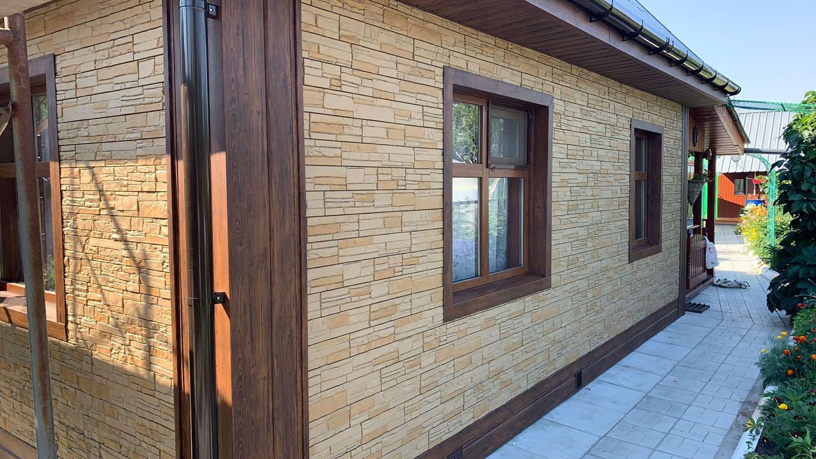 Использованы фасадные панели Деке (stein-бронзовый), сайдинг L-брус (мореный дуб матовый)