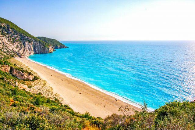 Плажът Милос, Лефкада; на 14 км. югозападно от столицата