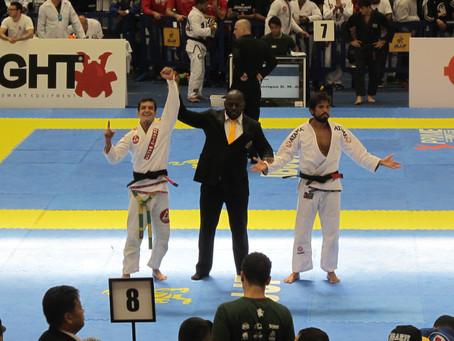 Atleta Lucas Flores representando a Gracie Barra no Brasileiro de Jiu Jitsu em Barueri, SP