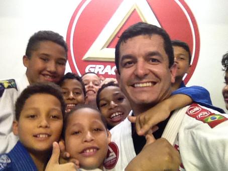 Professor Lucas Flores conhece o Projeto Social Drive-In no Rio de Janeiro