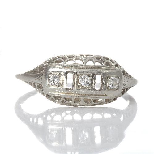 Vintage Art deco diamonds ring. 14 karat white gold filigree.