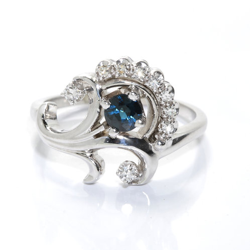 Vintage natural sapphire and diamond ring. 18kt white gold. Mid 1900s.