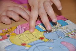 DSC_0292 Kinderhaende puzzeln.jpg