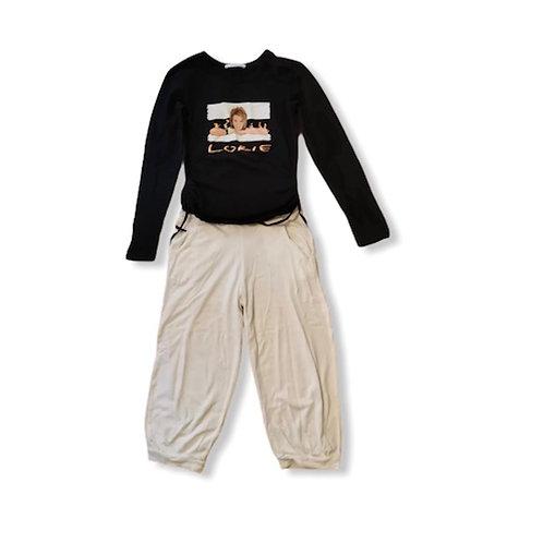 haut manche long noir et pantalon blanc