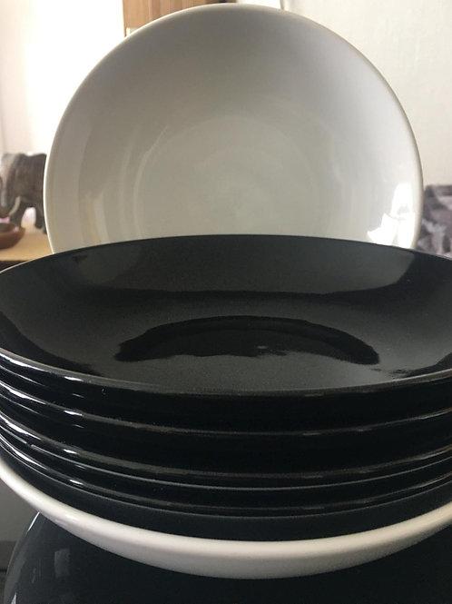 Assiettes céramiques Ikea blanches et noires