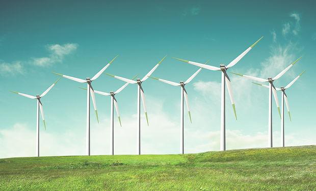 Ветряные мельницы на зеленом поле