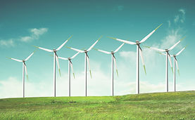 Molinos de viento en campo verde