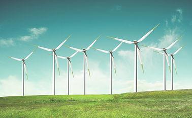 Moulins à vent sur le terrain vert