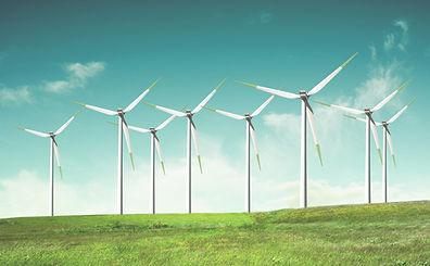 Moinhos de vento no campo verde