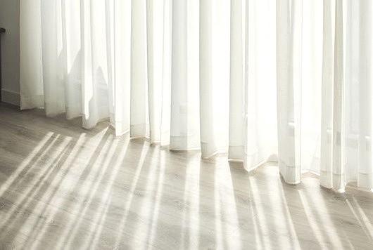 Achtsamkeit, Lichtdurchfluteter Vorhang, heller Raum, Beruhigende Wirkung