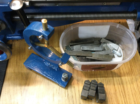 Fixed steady, jaw set and tool packing